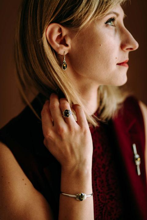 biżuteria z zielonym bursztynem