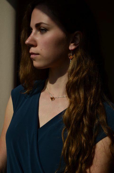nowoczesna biżuteria z bursztynem